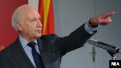 Медијаторот Нимиц порача двете страни да ги удвојат напорите за доаѓање до конечно решение.