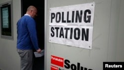 Референдумда сайлау учаскесіне дауыс беруге кіріп бара жатқан британдық. Стокпорт, Ұлыбритания, 23 маусым 2016 жыл.