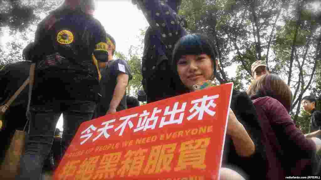یک دختر معترض با شعارهایی در حمایت از دمکراسی در تایوان