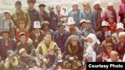 Акылбек Атабаев (солдон үчүнчү) чоң атасы Атабайдын Кытайда калган бир тууганы Молдонурматтын небереси Зубайда (оң жагында тыбыт жоолукчан) менен, 2004-жыл, Кытай