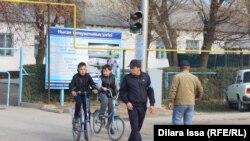 Учителя школы № 59 обеспечивают безопасность школьников на дороге. Шымкент, 9 ноября 2016 года