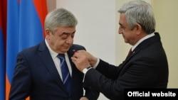 Третий президент Армении Серж Саргсян награждает своего брата, члена исполнительного органа фонда «Пюник» Левона Саргсяна, 22 мая 2016 г.