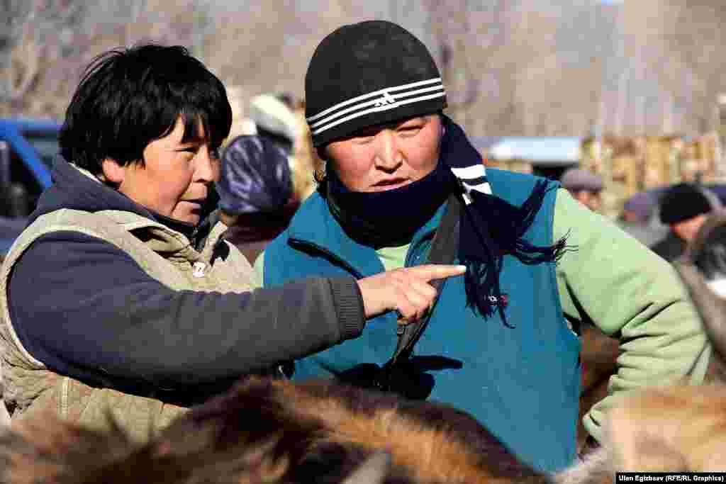 Калипа Имакеева более 10 лет работает в сфере купли-продажи скота. Покупая и перепродавая скотину, которая была привезена из Ат-Башинского или Жумгальского районов, женщина зарабатывает на жизнь. В один такой день Калипа Имакеева зарабатывает от 1500 до 3 тысяч сомов.