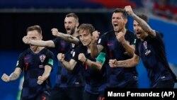 Fotbaliștii croați celebrîndu-și victoria după loviturile de la 11 metri
