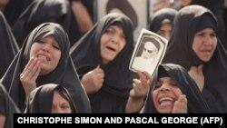 În Teheran, sute de mii de iranieni se adună pentru a-și privi pentru ultima oară liderul spiritual, ayatollahul Khomeini, depus într-un sicriu de sticlă la locul de rugăciune Mossala în nordestul Teheranului pe 5 iunie 1989. (AFP/ Christophe Simon și Pascal George)