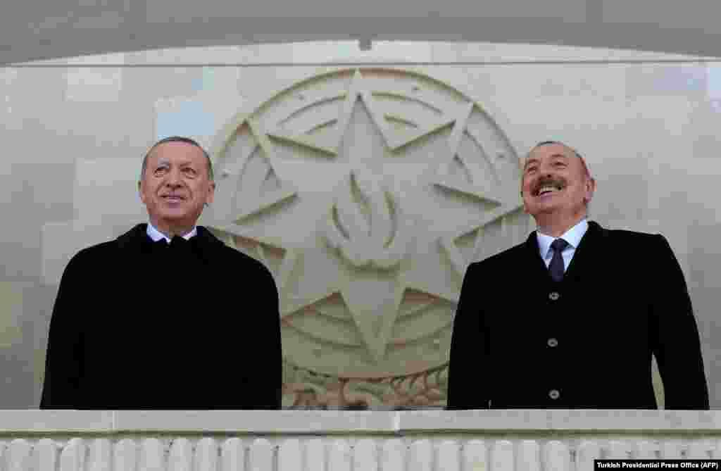 Эрдоган (слева) присоединился к президенту Азербайджана Ильхаму Алиеву, чтобы посмотреть парад