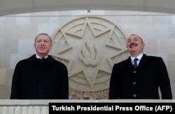 Recep Tayyip Erdoğan (balra) és Azerbajdzsán elnöke, Ilham Alijev figyelik a felvonulást.