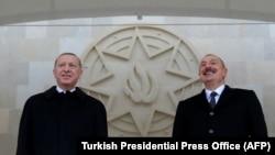 Турскиот претседател Реџеп Таип Ердоган и азербејџанскиот претседател Илхам Алиев присуствуваат на воената парада по повод победата на Азербејџан против Ерменија во нивниот конфликт за контрола над спорниот регион Нагорно-Карабах, во Баку, 10 декември 2020.