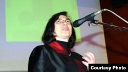 Манана Асламазян - безусловный авторитет в сфере СМИ, член Академии российского телевидения, одна из инициаторов создания Индустриального комитета СМИ, организатор многочисленных журналистских конкурсов и школ