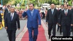 Prezident Emomali Rahmon Täjigistan parahatçylyk ylalaşygynyň baglaşylmagynyň 20-nji ýyl dönümine bagyşlanan dabarada, Wahdat şäheri, 27-nji ýun, 2017.