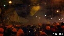 """Силовики разгоняют участников демонстрации """"Евромайдан"""". Киев, 11 декабря 2013 года."""