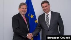 Komesar za proširenje EU Johannes Hahn (L) i Denis Zvizdić (D), predsjedavajući Vijeća ministara BiH nakon razgovora u Briselu 21. aprila 2015.