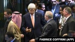 Американскиот државен секретар Џон Кери со саудискиот министер за надворешни работи Адел ал-Џубеир и министерот за надворешни работи на Јордан, Насер Џудех на крајот на разговорите во Лозана, 15 октомври 2016.