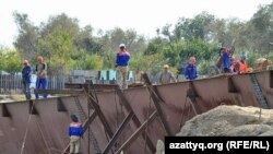 Қазақстандық жұмысшылар Атырауда құлаған көпір орнын тазалап жатыр. 12 қыркүйек. 2010 жыл.