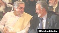 Кандидат в президенты Афганиста Абдалла Абдалла (слева) с бывшим послом США в Афганистане Залмаем Халилзодом