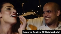 """Кадр из фильма """"М"""": Менахем Ланг (справа) с победительницей израильского конкурса транссексуалов"""