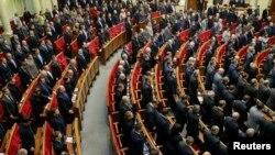 Депутаты Верховной Рады Украины почтили минутой молчания погибших участников митингов протеста в Киеве на внеочередной сессии во вторник, 28 января 2014