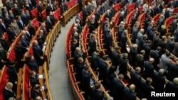 Жогорку Рада митингдерди чектеген 9 мыйзамды жокко чыгарды.