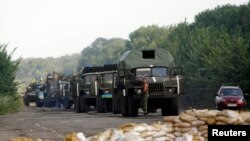 Pamje e një konvoji të ushtrisë ukrainase afër një postblloku në Donjeck