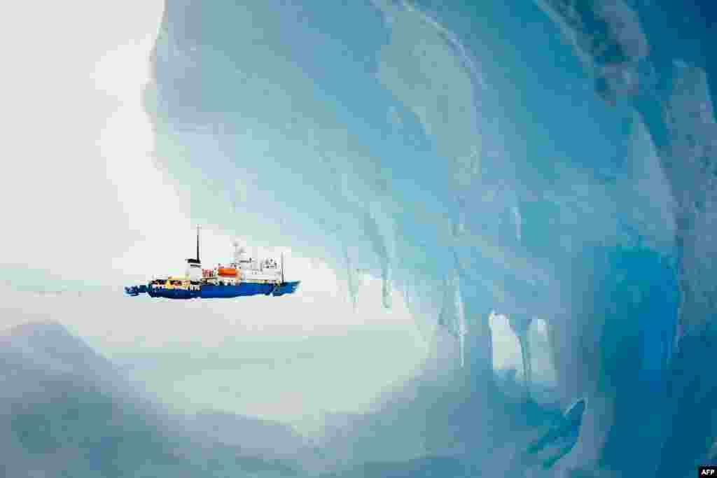 "A passenger photo of the Russian research vessel ""MV Akademik Shokalskiy"" stuck off East Antarctica awaiting rescue on December 30. (AFP/Andrew Peacock, Footloosefotography.com)"