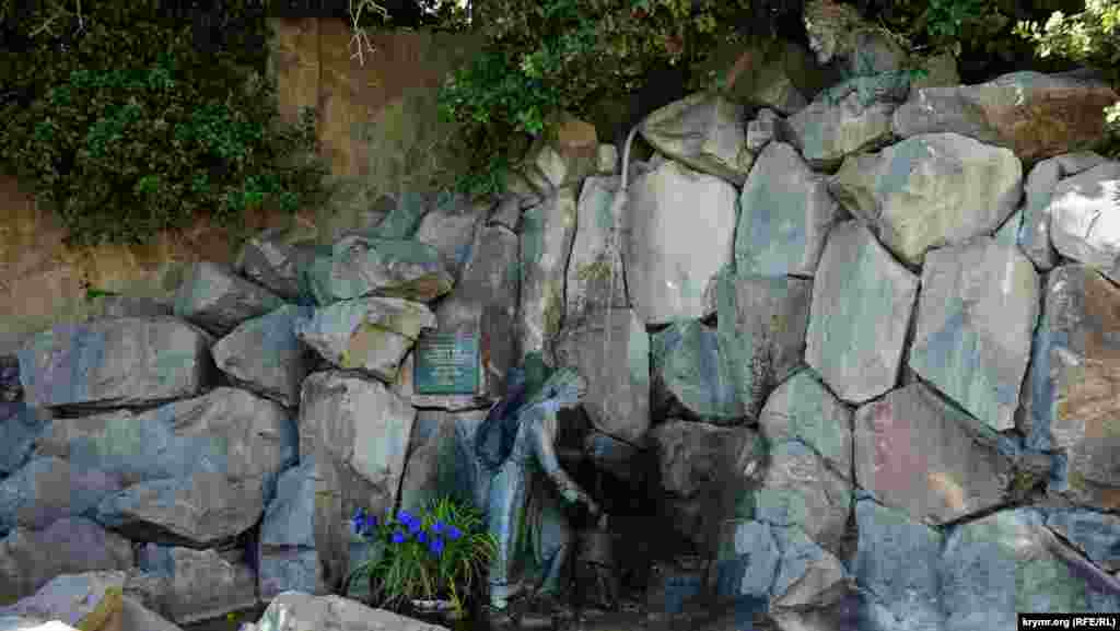 Скульптурна композиція «Арзано і розбійник Алі-Баба» авторства естонського скульптора Амандуса Адамсона на набережній Місхора. Він лікувався тут на початку минулого століття