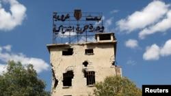 """Алеппо в июне 2013 года. Плакат на здании гласит: """"БААС, арабизм, единство, свобода, социализм"""""""