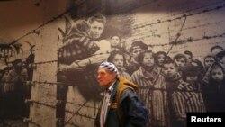 Игорь Малицкий, гражданин Украины, бывший узник Освенцима, в мемориальном комплексе «Аушвиц – Биркенау». 26 января 2015 года
