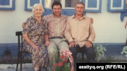 Слева направо: Матильда Тиннис, Ник Утас и его отец Николай Климович. Встреча отца и сына спустя 54 года в Павлодаре в 1995 году. Фото из семейного альбома.