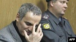 13-й чемпиона мира по шахматам должен выйти на свободу после 5-суточного ареста сегодня без четверти четыре