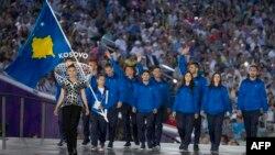 Sportistët e Kosovës me flamur duke parakaluar në hapjen solemne të Lojërave Evropiane
