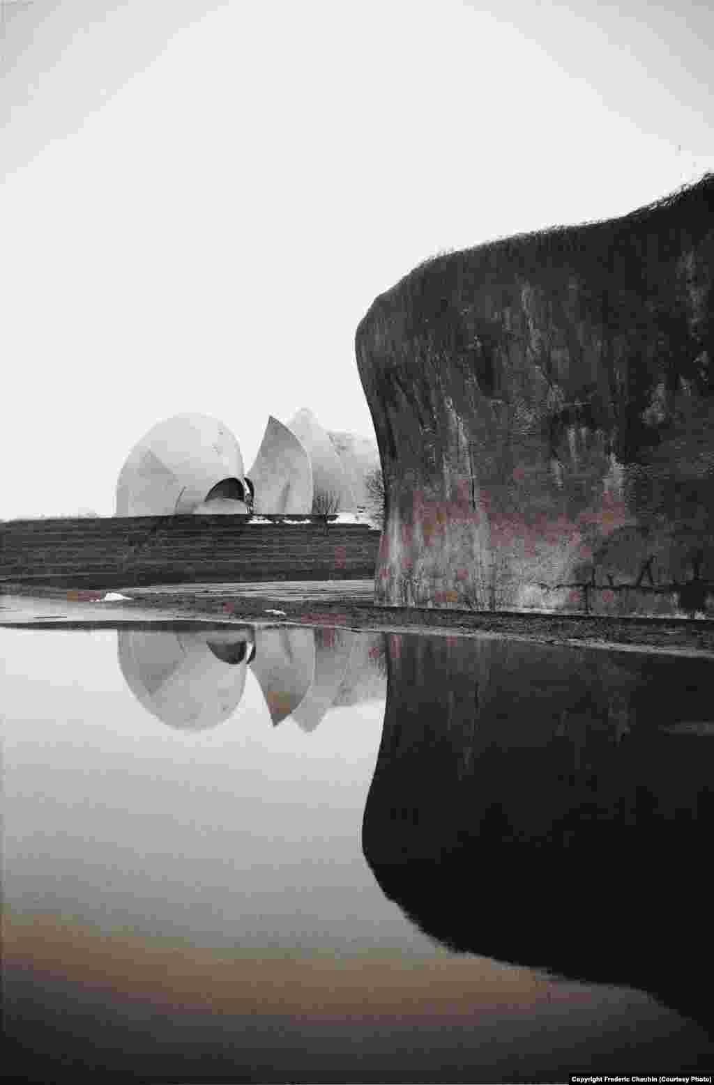 Київський крематорій, побудований 1985 року. Архітектор –Авраам Милецький. «Але я не відчуваю захоплення колишнім Радянським Союзом, –ділиться фотограф. –У моїй роботі немає цієї ностальгії»