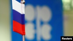 Російський прапор на тлі логотипу ОПЕК (ілюстративне фото)