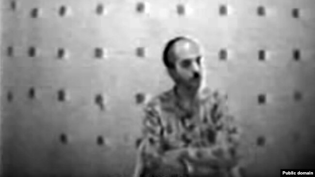 "A security agent Morteza Ghobbe (Esfahani) during interrogation related to ""Chain murders"" in the 1990s. Esfahani then appears as a screenwriter in several movies."