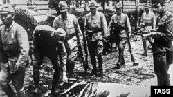Жапон әскерилері қаруларын тапсырып жатыр. 1945 жыл.