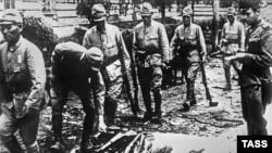 Японские военнослужащие сдают оружие в 1945 году