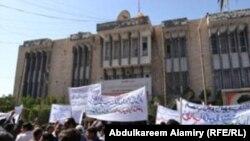 Дэманстранты каля дэпартамэнту электрычнасьці ў г. Басра. 3 сакавіка 2011 г.