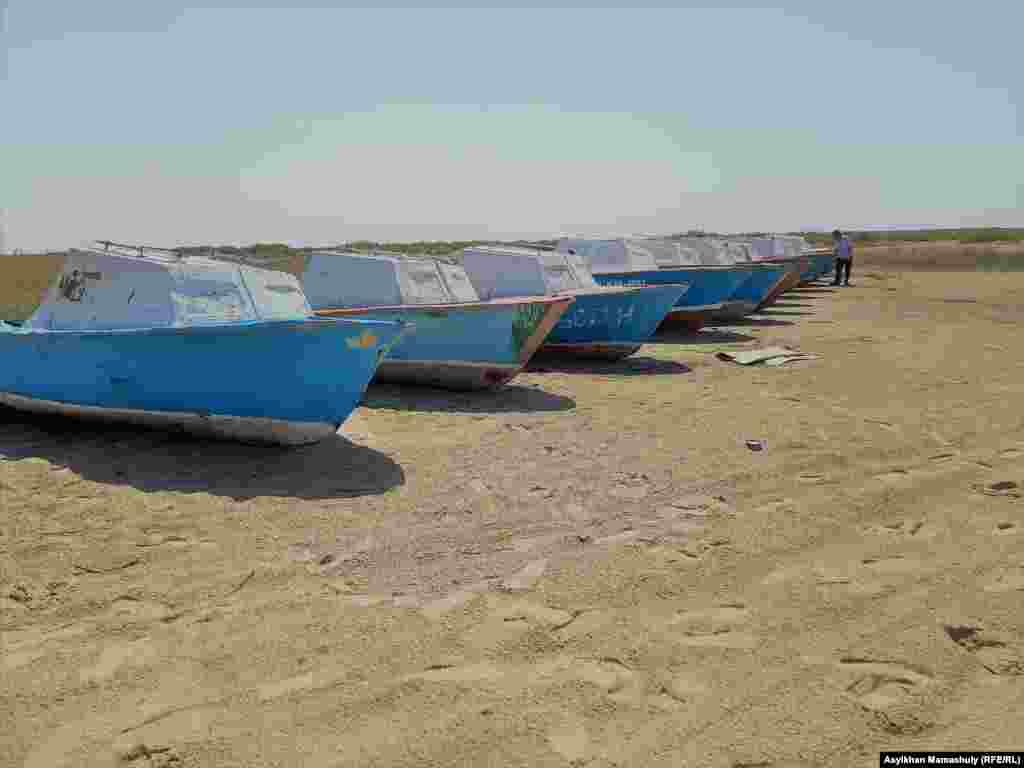 Как говорят рыбаки, на Кокаральской плотине необходимы рыбопропускные сооружения для восстановления рыбного промысла. В настоящее время при сбросе воды в Большой Арал часть рыбы уплывает и не способна вернуться назад. Фото: лодки на берегу Малого Арала.