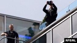 Сотрудники безопасности на крыше одного из московских отелей. 6 июля 2009 года.