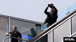 Полицейские на крыше отеля Ritz-Carlton на Тверской улице в Москве