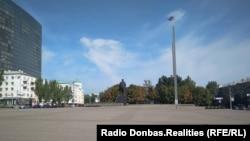 Площадь Ленина в уже оккупированном Донецке, сентябрь 2018-го. Со стороны фотографирующего находился митинг за Украину, напротив – пророссийский, справа – автобус, около которого избивали митингующих (показан на видео выше)
