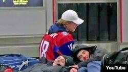 Российские хоккеисты в аэропорту Баффало,