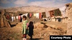 Девочка на фоне разрушенных строений. Снимок сделан в годы гражданской войны в Таджикистане.
