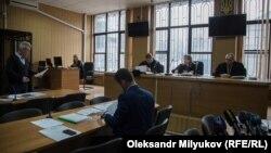 Адвокат Іван Прилепський (л) клопоче про пом'якшення запобіжного заходу для Анатолія Слободяника