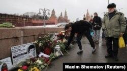 ხალხს ყვავილები მიაქვს ბორის ნემცოვის მკვლელობის ადგილზე. 2019 წ. 24 თებერვალი.