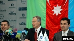 Основным инициаторов визита Блэра (посредине) был известный бизнесмен Пириев (слева), 1 декабря 2009 года