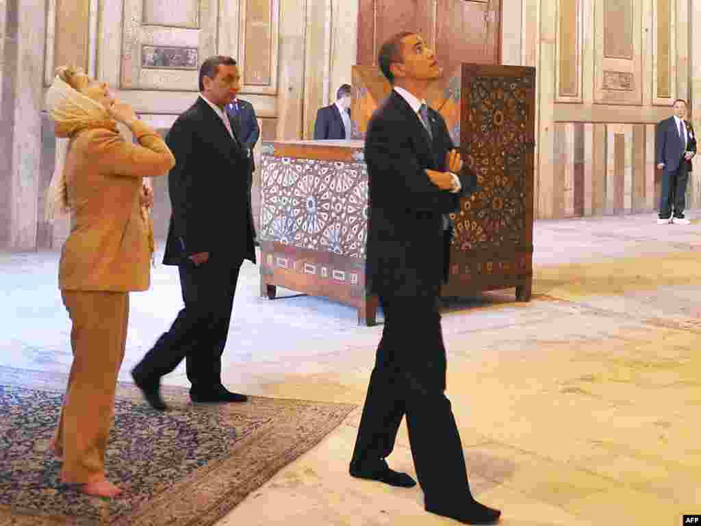 GYPT, Cairo : US President Barack Obama (C) and US Secretary of State Hillary Clinton (2nd-L) tour the Sultan Hassan Mosque in Cairo on June 4, 2009. Obama took a tour of the medieval mosque on a trip aimed at repairing rifts with the Muslim world. Obama walked around the Sultan Hassan mosque, one of the largest in the Islamic world, with Clinton, who was wearing a headscarf.