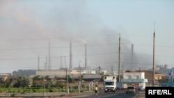 Балхашский медеплавильный завод компании «Казахмыс» в городе Балхаш.