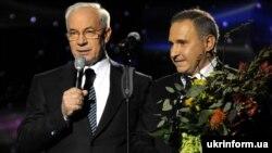 Тодішній прем'єр-міністр України Микола Азаров (ліворуч) і на той час директор Київського міського центру серця Борис Тодуров Київ, 5 квітня 2012 року