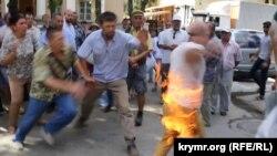 Ватан Карабаш вчинив спробу самоспалення в Сімферополі. 3 серпня 2018 року