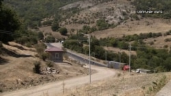 Գորիս - Կապան մայրուղու ադրբեջանցիների կողմից վերահսկվող հատվածով հայկական մեքենաներն անցում են մեր սահմանապահների ուղեկցությամբ